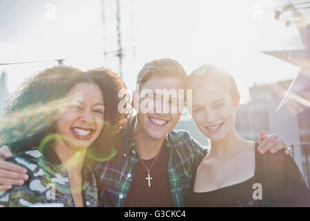 Porträt junger Erwachsener Freunde lächelnd außerhalb - Stockfoto