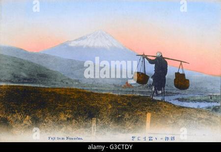 Einen fantastischen Blick auf Mount Fuji, Japan - aus Numadzu, mit einem Angestellten tragen einige Körbe aus einem - Stockfoto