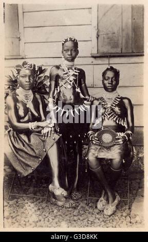 Zwei afrikanische Frauen und ein Mädchen in native Kleid, Metall und Knochen Schmuck tragen und mit ihrer Haut stark - Stockfoto
