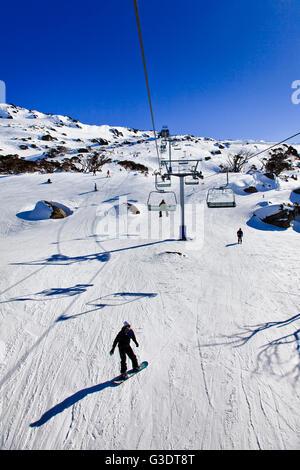 Ski-Sessellift und Kabelinfrastruktur in Perisher Valley der australischen verschneiten Bergen. Beliebtes Skigebiet mit Snowboarder
