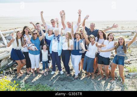 Porträt einer großen Familie an einem Strand entlang der Küste; Fox spucken, Whidbey Island, Washington, Vereinigte - Stockfoto