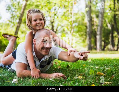 Ein Vater verbringen Zeit mit seiner Tochter in einem Park bei einem Familienausflug; Edmonton, Alberta, Kanada - Stockfoto