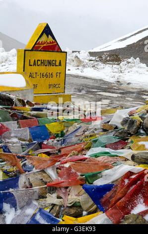 Gebet, Flaggen, neben Feldweg über Gebirgspass, Lachungla pass, Manali - Leh Road, Himachal Pradesh, Indien, - Stockfoto