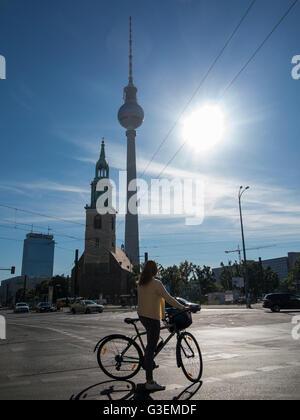 Ein Berliner Szene mit dem Fernsehturm im Hintergrund - Stockfoto
