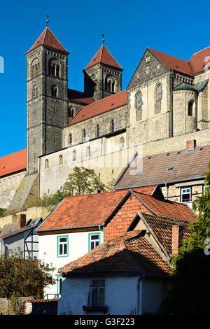 Deutschland, Sachsen-Anhalt, Quedlinburg, historische Altstadt mit Fachwerkhäusern, in der Hintergrund-Schlossberg - Stockfoto