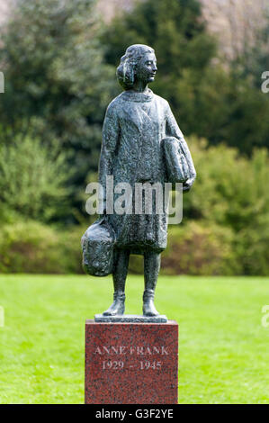 Bronze-Statue von Anne Frank am Merwedeplein, Amsterdam-Zuid, Amsterdam Süd, Amsterdam, Holland, Niederlande - Stockfoto