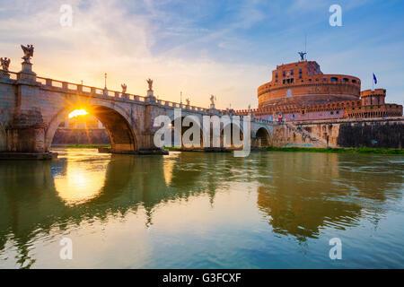 Rom. Bild der Burg der Heiligen Engel und heiligen Engel Brücke über den Tiber in Rom bei Sonnenuntergang. - Stockfoto