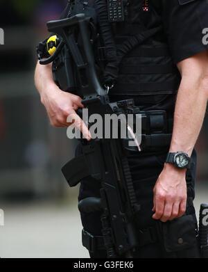London, UK. 10. Juni 2016. Ein bewaffneter City of London Polizisten patrouillieren mit seiner Pistole vor dem Wehrdienst - Stockfoto