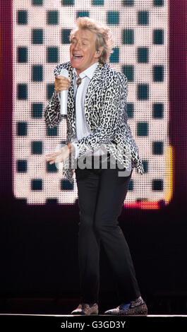 Rod Stewart führt auf der Bühne in Cardiff, Südwales. - Stockfoto