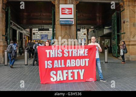 Glasgow Central Station, Scotland, UK. 25. Juni 2016. Eine offizielle Streikposten der RMT Gewerkschaftsmitglieder - Stockfoto