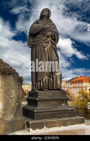 Statue von Jesus Christus am Kreuz auf der Karlsbrücke in Prag, Tschechische Republik