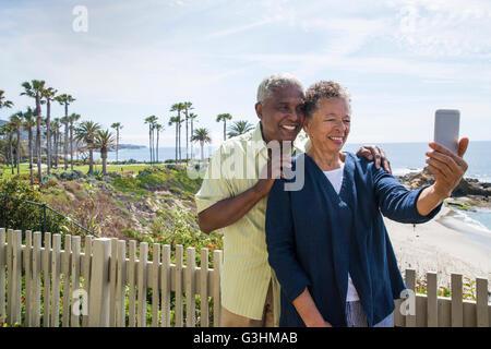 Älteres Paar im Freien, wobei Selbstbildnis, mit smartphone - Stockfoto