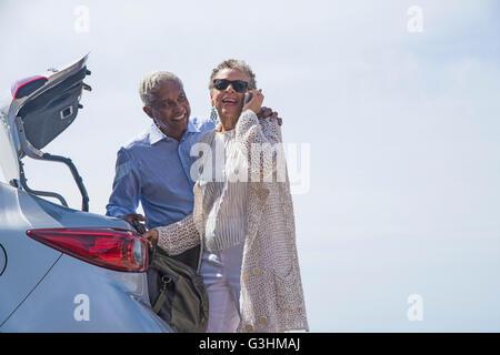 Älteres paar stehen neben Auto mit offenen Boot, Frau mit smartphone - Stockfoto