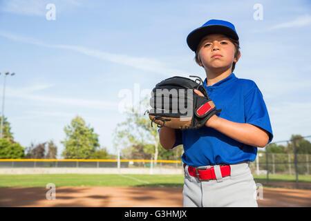 Porträt von überzeugt junge tragen Baseball-Handschuh in der Baseball-Praxis - Stockfoto