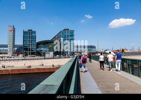 Berlin Hauptbahnhof, Hauptbahnhof, Fluss Spree sightseeing Kreuzfahrt Schiff, Deutschland, - Stockfoto