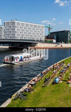 Sightseeing Boot auf der Spree, im Regierungsviertel, Berlin, Deutschland, Flusskreuzfahrten, Capital Beach Biergarten - Stockfoto