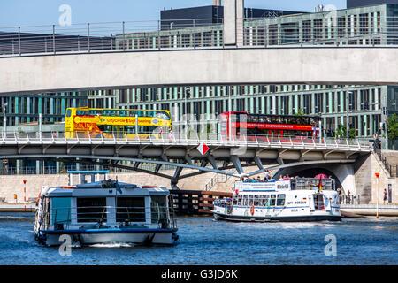 Ausflugsschiff auf der Spree, in der Regierung Bezirk, Berlin, Deutschland, Fluss-Kreuzfahrten, - Stockfoto