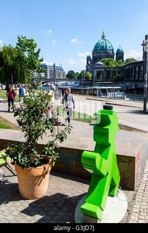 Ausflugsschiff auf der Spree, Berlin, gegenüber der Museumsinsel, Ampelmann Café, James Simon Park, - Stockfoto