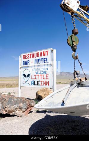 Das Zeichen vor der kleinen Le ' Inn auf der Ausserirdischen Autobahn in der Nähe von Area 51 in Rachel Nevada - Stockfoto