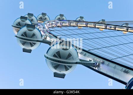 Einer ungewöhnlichen Perspektive der Beobachtung Kabinen der High Roller 550-Fuß hohen Riesenrad in der Dämmerung - Stockfoto