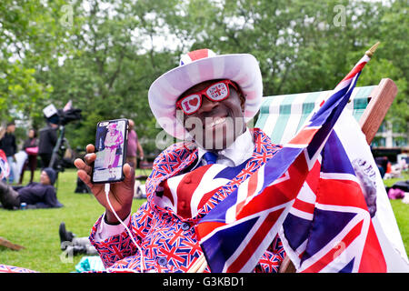 Leute feiern Königin Elizabeth 90. Geburtstagsfeiern in St James Park in London - Stockfoto