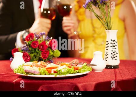 2 Ausländer verheiratet Paare Hotel Dating trinken Alkohol - Stockfoto