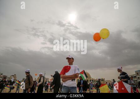 Gaza, Palästina. 13. März 2016. Palästinensische Kinder markieren den fünften Jahrestag der Tsunami-Katastrophe in Japan während der Solidarität mit dem japanischen Volk in der Nähe von einer japanischen geförderte Wohnprojekt in Khan Younis im südlichen Gazastreifen. Die Veranstaltung wurde organisiert von der United Nations Relief and Works Agency (UNRWA) anlässlich des fünften Jahrestages der März 11 Erdbeben und Tsunami, der Tausende getötet und löste einen nuklearen Krise in Japan. © Mohammed Al Hajjar/RoverImages/Pazifik Presse/Alamy Live-Nachrichten