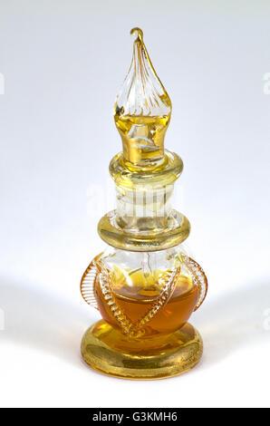 Aromatische Spirituosen gekauft in Ägypten auf einem weißen Hintergrund - Stockfoto