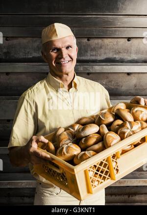 Transport Kiste glücklich Bäcker Brot Brötchen - Stockfoto