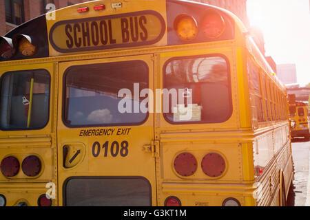 Rückansicht des gelben Schulbusse, New York, USA Stockfoto