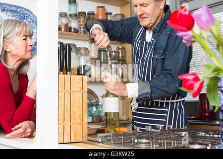 Mann Eröffnung Flasche Wein in Küche - Stockfoto