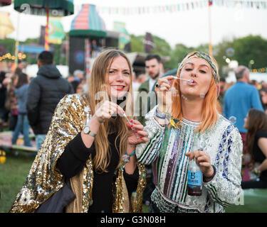 Jugendliche beim gemeinen Volk Music Festival in Oxford, Großbritannien - Stockfoto
