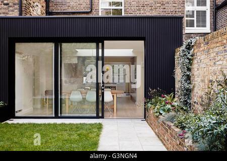 Schiebetür zur Wohnküche. Ockendon Road, London, Vereinigtes Königreich. Architekt: Nissen Richards Studio, 2014. - Stockfoto