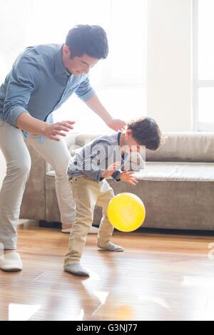 Glückliche junge Vater und Sohn Prellen des Balls - Stockfoto
