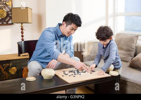 Kleiner Junge das Spiel Go mit Vater - Stockfoto