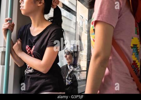 Pendler unterwegs eine Straßenbahn in Istanbul, Türkei - Stockfoto
