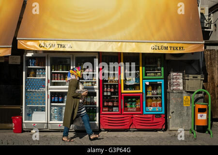 Red Bull Kühlschrank Tankstelle : Alkoholfreie getränke im kühlschrank eines shops stockfoto bild