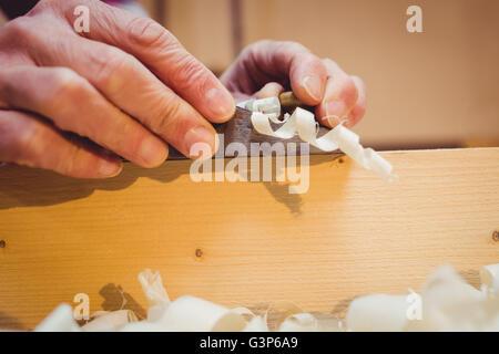 Nahaufnahme von Holzspänen herausziehen - Stockfoto