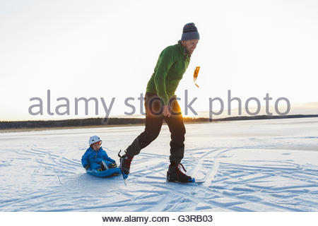 Schweden, Sodermanland, Jarna, Vater mit Sohn Rodeln (2-3) - Stockfoto