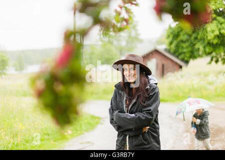 Schweden, Värmland, Filipstad, Gasborn, Horrsjon, Portrait Frau im Regen stehen - Stockfoto