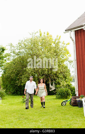 Schweden, Värmland, Filipstad, Gasborn, Horrsjon, Paare, die im Hinterhof - Stockfoto