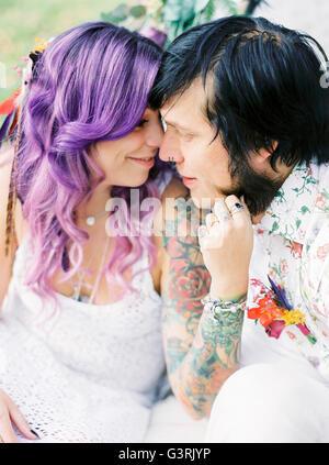 Schweden, Braut mit lila Haaren und Bräutigam bei Hippie Hochzeit - Stockfoto