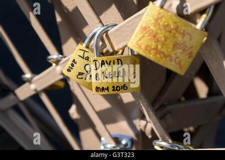 Liebesschlösser auf der Brooklyn Bridge, New York - Stockfoto