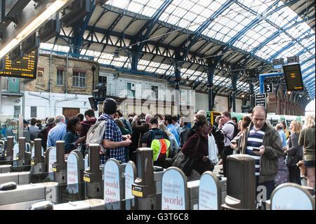 Brighton, East Sussex, 14. Juni 2016. Pendler halten einen Protest am Bahnhof von Brighton nach Wochen der schwerwiegenden - Stockfoto