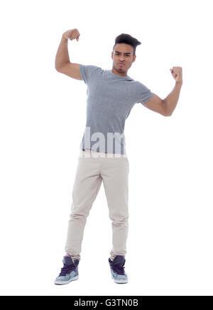 Hübscher junger Mann zeigt seine Bizeps mit einem