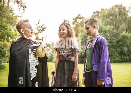 Drei Kinder gekleidet im Kostüm für Halloween-Nacht. - Stockfoto