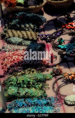 Bunte Armbänder zum Verkauf auf Flohmarkt IN THE BEACH - Stockfoto