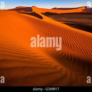 Sossusvlei ist ein Salz und Ton Pan, umgeben von hohen roten Dünen, befindet sich in der in der Namib-Naukluft Nationalpark - Stockfoto