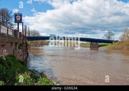 Eine moderne Straßenbrücke trägt die A4104-Straße über den Fluss Severn bei Upton-auf-Severn, Worcestershire - Stockfoto