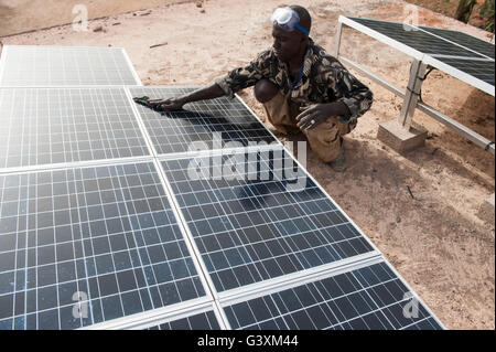 MALI, Dialakoro, solar powered Akku aufladen Station im Dorf Tiele, Dorfbewohner können kostenlos ihre Autobatterien - Stockfoto